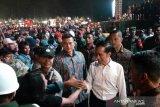Jokowi turun panggung  salami penonton konser
