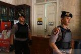 Petugas kepolisian berjaga saat berlangsungnya penggeledahan yang dilakukan tim Komisi Pemberantasan Korupasi (KPK) di Kantor Bupati Indramayu, di Indramayu, Jawa Barat, Jumat (18/10/2019). Penggeledahan tersebut untuk mencari barang bukti kasus korupsi yang menjerat Bupati Indramayu. ANTARA JABAR/Dedhez Anggara/agr