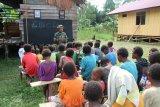 Satgas TMMD ajari anak-anak Kogir menulis dan membaca