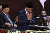 Presiden Joko Widodo memberikan salam usai memberikan pidato awal masa jabatan presiden periode 2019-2024 di Gedung Nusantara, kompleks Parlemen, Senayan, Jakarta, Minggu (20/10/2019). ANTARA FOTO/Akbar Nugroho Gumay/pras.