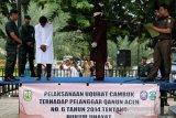 Terpidana (tiga kiri) pelangaar hukum syariat islam dieksekusi cambuk di halaman masjid Desa Batoh, Banda Aceh, Aceh, Senin (21/10/2019). Mahkamah Syariah Kota Banda Aceh menvonis hukuman enam kali cambuk terhadap empat orang pemain judi domino karena melanggar peraturan daerah (qanun) nomor 6/2014 tentang hukum jinayat. Antara Aceh/Irwansyah Putra.