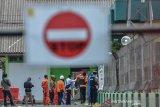 Polisi mengamankan barang bukti saat penggeledahan ditempat kerja terduga teroris di Gardu Induk PLN Tasikmalaya, Jawa Barat, Senin (21/10/2019). Detasemen Khusus (Densus) 88 Antiteror Polri bersama Polres Tasikmalaya Kota mengamankan senapan angin berserta peluru, busur panah, buku berjudul Abu Bakar Basyr, buku catatan, pisau, dan teregis kain warna hitam dari pelaku terduga terlibat kelompok teroris Jamaah Ansharut Daulah (JAD) berinisial W yang berkerja sebagai operator Gardu PLN. ANTARA JABAR/Adeng Bustomi/agr