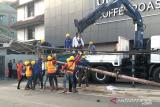 Tiang PLN roboh karena keropos