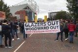 Aksi protes 'Pecat Woodward' mewarnai laga MU vs Liverpool