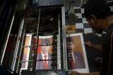 Produksi cetakan foto Presiden Joko Widodo