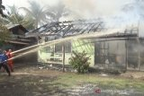 Sebuah rumah dinas di Kapuas ludes terbakar