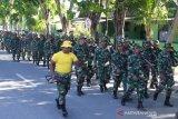 Prajurit Korem 132 Tadulako jaga kebugaran dengan jalan lari bawa senjata
