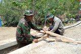 TNI bersama warga bangun jembatan di atas selokan