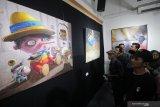 Pengunjung melihat lukisan berjudul Kabar Burung karya Loyong Budi Harjo saat pameran seni rupa Jawa Timur 2019 bertajuk