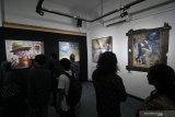 Pengunjung melihat sejumlah lukisan yang dipajang saat pameran seni rupa Jawa Timur 2019 bertajuk