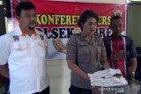 Polisi Surakarta memeriksa pelaku penusukan pengunjung karaoke