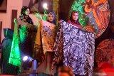 Model membawa hijab batik saat