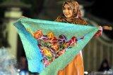 Model menunjukkan hijab batik saat