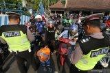 Petugas Satlantas Polresta Kediri memeriksa kelengkapan surat-surat kendaraan bermotor saat Operasi Zebra Semeru 2019 di Kota Kediri, Jawa Timur, Rabu (23/10/2019). Operasi selama 14 hari dengan melibatkan sebanyak 3.261 personil kepolisian di jajaran Polda Jawa Timur tersebut bertujuan menegakan hukum pelanggar lalu lintas guna menekan angka kecelakaan. Antara Jatim/Prasetia Fauzani/zk