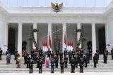 Presiden Joko Widodo didampingi Wapres Ma'ruf Amin berfoto bersama jajaran menteri Kabinet Indonesia Maju yang baru dilantik di tangga beranda Istana Merdeka, Jakarta, Rabu (23/10/2019). ANTARA FOTO/Puspa Perwitasari/foc.