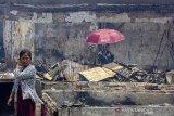 Warga melihat-lihat kios yang habis terbakar pasca kebakaran di Pasar Jatisari, Karawang, Jawa Barat, Jumat (25/10/2019). Pemerintah Kabupaten Karawang berencana merelokasi para pedagang sebagai solusi jangka pendek dan akan membagunan ulang pasar tersebut guna mengembalikan perekonomian masyarakat. ANTARA JABAR/M Ibnu Chazar/agr