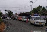 Puluhan kendaraan roda dua dan empat masih terjebak longsor di lintas Aceh Barat-Pidie