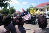 Aksi demonstrasi warnai pelantikan anggota DPRD Kolaka