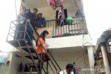 Warga soraki pelaku saat rekonstruksi ibu cekoki anak balita hingga tewas