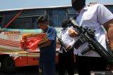 Petugas Badan Narkotika Nasional Provinsi (BNNP) Jawa Timur menunjukkan tersangka serta barang bukti narkotika jenis sabu-sabu saat ungkap kasus peredaran narkotika di BNNP Jawa Timur, Surabaya, Jawa Timur, Senin (28/10/2019). BNNP Jawa Timur menangkap tersangka berinisial S (37) atas kasus dugaan mengedarkan narkotika jenis sabu-sabu dan menyita barang bukti sabu-sabu seberat 4,178 kilogram. Antara Jatim/Didik Suhartono/ZK