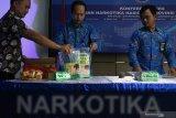 Petugas Badan Narkotika Nasional Provinsi (BNNP) Jawa Timur menata barang bukti narkotika jenis sabu-sabu saat ungkap kasus peredaran narkotika di BNNP Jawa Timur, Surabaya, Jawa Timur, Senin (28/10/2019). BNNP Jawa Timur menangkap tersangka berinisial S (37) atas kasus dugaan mengedarkan narkotika jenis sabu-sabu dan menyita barang bukti sabu-sabu seberat 4,178 kilogram. Antara Jatim/Didik Suhartono/ZK