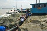 Polisi tangkap dua kapal sarat pakaian bekas asal Malaysia