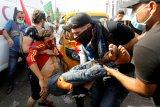 Pengunjuk rasa Irak bakar pintu masuk tempat suci di Kota Najaf