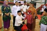 Bupati Lambar bantu seragam sekolah kepada 1.182 siswa-siswi