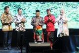 Wakil Presiden Ma'ruf Amin (tengah) menabuh beduk didampingi Menteri Kesehatan Terawan Agus Putranto (kedua kiri), Gubernur Bali Wayan Koster (kedua kanan), Ketua Umum Gabungan Pengusaha Kelapa Sawit Indonesia (GAPKI) Joko Supriyono (kiri) dan Ketua Panitia Indonesia Palm Oil Conference and 2020 Price Outlook (IPOC) Mona Surya (kanan) saat pembukaan konferensi IPOC di Nusa Dua, Bali, Kamis (31/10/2019). Konferensi minyak sawit yang mengambil tema 'Palm Oil Industry: Managing Market, Enhancing Competitiveness' tersebut diikuti oleh 1.100 peserta dari 18 negara. ANTARA FOTO/Fikri Yusuf/nym