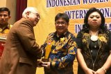 Ketua KPU Manado, Sunday Rompas, terima Indonesian Top Leadership Achievement 2019