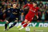 Adam Lallana menepuk dada setelah  Liverpool lolos krisis