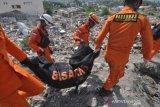 Petugas bawa  jenazah korban likuefaksi Balaroa