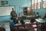 Babinsa Biak Kota bantu mengajar di SD YPK Maryendi