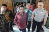 Menteri Koordinator Bidang Politik Hukum dan Keamanan (Menko Polhukam) Mahfud MD bersiap meninggalkan rumah ibundanya di Jalan Dirgahayu Pamekasan, Jawa Timur, Jumat (1/11/2019). elain bersilaturrahmi dengan kerabat, Mahfud MD juga menyempatkan berziarah ke makam ayahnya di Desa Pakpak, Pamekasan. Antara Jatim/Saiful Bahri/zk