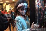Mencoba menu roti burger khusus Hallowen dengan ditemani para zombi