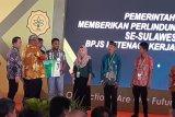 Momen HPS, BPJS Ketenagakerjaan Serahkan 18.000 kartu ke Petani Sultra