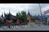 Sejumlah pebalap mengikuti Etape pertama Tour de Singkarak (TDS) 2019, di Kota Padangpanjang, Sumatera Barat, Sabtu (2/11/2019). Sebanyak 98 pebalap dari 25 negara yang tergabung dalam 18 tim mengikuti etape pertama dengan rute Pariaman - Istana Basa Pagaruyung, Kabupaten Tanah Datar, sejauh 107,3 kilometer. ANTARA FOTO/Iggoy el Fitra/nym.