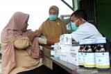 Petugas medis Dinas Kesehatan Kabupaten Aceh Barat melakukan pengecekan kondisi kesehatan korban banjir saat pengobatan gratis di Desa Cot Amun, Samatiga, Aceh Barat, Aceh, Sabtu (2/11/2019). Warga korban banjir yang berobat didominasi lansia, anak-anak dan balita yang mayoritas diserang penyakit, flu, batuk, demam dan gatal-gatal. Antara Aceh/Syifa Yulinnas.