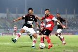 Pesepak bola Madura United (MU) Aleksandar Rakic (tengah) berusaha melewati pesepak bola Persipura Yustinus Pae (kanan) dan M. Tahir (kiri) dalam laga Shopee Liga 1 di Stadion Gelora Bangkalan (SGB) Bangkalan, Jawa Timur, Minggu (3/11/2019). Persipura memenangi pertandingan tersebut dengan skor 2-0. Antara Jatim/Saiful Bahri/zk.