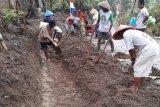 Warga Desa Cilibang rawat saluran air hasil TMMD