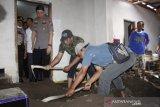 Polisi periksa istri dan anak korban pembunuhan dicor di lantai mushalla