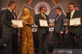 BANK SYARIAH MANDIRI RAIH TIGA PENGHARGAAN IRBA. Direktur IT & Operation Bank Syariah Mandiri Achmad Syafii (tengah) bersama Group Head Corporate Secretary Ahmad Reza (kanan), dan Group Head IT Hikmat Dani Wijaya (kiri) berbincang dengan Founder Islamic Retail Banking Award (IRBA) Humayon Dar (kedua kanan) serta Chairman Sofiza Azmi (kedua kiri) usai penyerahan penghargaan pada acara 5th Islamic Retail Banking Award 2019 di Muscat, Oman, Senin (4/11/2019) malam. Bank Syariah Mandiri menyabet tiga penghargaan dari Cambridge International Financial Advisory sebagai Strongest Islamic Retail Bank in Indonesia 2019, Most Innovative Islamic Retail Bank in Indonesia 2019, serta Best Sustainable Finance Strategy 2019. ANTARA FOTO/Asep Fathulrahman/ANTARA FOTO/ASEP FATHULRAHMAN (ANTARA FOTO/ASEP FATHULRAHMAN)
