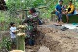 Antisipasi longsor, Kodim Cilacap bantu warga pasang patok bambu