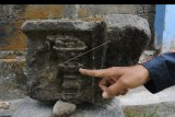 Anggota Klaten Heritage Community (KHC) menunjukkan batu candi berukir obor api di permukiman warga Karangnongko, Klaten, Jawa Tengah, Selasa (5/11/2019). Temuan batu candi dan batu ukiran obor api di permukiman warga tersebut diharapkan dapat perhatian oleh pihak terkait untuk dikumpulkan dan dijadikan wisata sejarah. ANTARA FOTO/Aloysius Jarot Nugroho/nym.