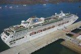 Kapal pesiar raksasa perdana sandar di Dermaga Gili Mas