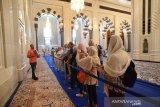 WIisata Religi di Oman. Sejumlah wisatawan mancanegara menyimak tata cara beribadah muslim dari gaid saat berkunjung ke Mesjid Agung Sultan Qaboos di Muscat, Oman, Senin (4/11/2019). Pemerintah Oman, seperti Arab Saudi, Qatar dan Uni Emirat Arab dan negara penghasil minyak lainya, berupaya menggenjot sektor pariwisata dengan mengembangkan Wisata Religi untuk mengurangi ketergantungan terhadap ekspor minyak bumi yang harganya tidak menentu. (ANTARA FOTO/ASEP FATHULRAHMAN/Sambas)