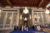 Antisipasi Harga Minyak Jatuh, Oman Kembangkan Wisata Religi. Sejumlah wisatawan mancanegara berkunjung ke Mesjid Agung Sultan Qaboos di Muscat, Oman, Senin (4/11/2019). Pemerintah Oman, seperti Arab Saudi, Qatar dan Uni Emirat Arab dan negara penghasil minyak lainya, berupaya menggenjot sektor pariwisata dengan mengembangkan Wisata Religi untuk mengurangi ketergantungan terhadap ekspor minyak bumi yang harganya tidak menentu. (ANTARA FOTO/ASEP FATHULRAHMAN/Sambas)