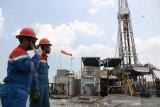 Petugas memeriksa komponen pipa pengeboran sumur di RIG PDSI D1000-E di Bongas, Majalengka, Jawa Barat, Selasa (5/11/2019). Sumur RDG-PJ yang dioperasikan Pertamina EP Asset 3 Field Jatibarang tersebut ditargetkan mampu menghasilkan minyak sebanyak 300 Barrel Oil Per Day (BOPD). ANTARA JABAR/Dedhez Anggara/agr
