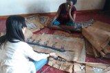 Dispar Jayapura dorong pemberdayaan ekonomi kreatif lukisan kulit kayu