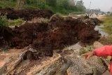 Truk tenggelam akibat jalan ambruk menuju Pelabuhan Tanjung Buton Siak